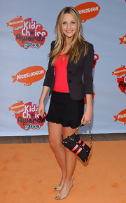 Amanda walked the orange carpet at the Kids Choice Awards carrying a chain strap buckled evening bag.