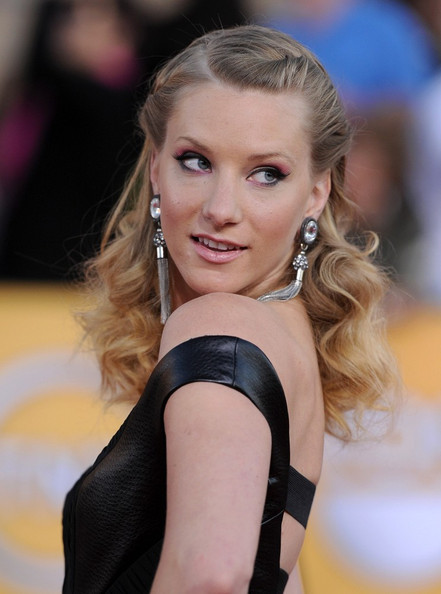 Heather Morris added braided elements to her half-up, half-down hairstyle at the 18th Annual SAG Awards.