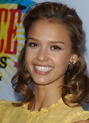 Jessica Alba styled her hair in loose shoulder length curls for the 2006 Kids Choice Awards.