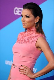 Eva Longoria contrasted her ultra-feminine dress with edgy black mani when she attended the unite4:humanity event.