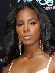 Kelly Rowland added a soft flutter to her look with lengthy lashes.