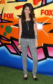Selena wears a zebra print cuff bracelet with her leopard print pants for the Teen Choice Awards.
