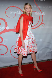 Cameron accessorizes her pretty, floral Oscar De La Renta dress with this brghtly colored pashmina.