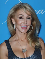 Linda Thompson looked downright divine in a pair of diamond hoop earrings.