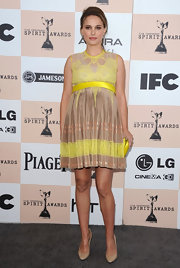 Natalie Portman paired her lovely '60s inspired babydoll dress with pointy nude leather pumps.