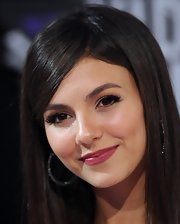Victoria Justice attended the 2011 MTV Video Music Awards wearing shimmering gold eyeshadow swept over her top eyelids and blended up into the crease, followed by eye-defining black liner along the upper lash line.