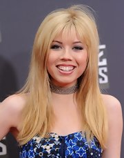 Jennette McCurdy's blonde locks had just a touch of retro flare with this long, layered straight 'do that featured thick and bold bangs.