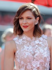 Katharine McPhee topped off her look with a shoulder-length wavy 'do when she attended the Emmys.