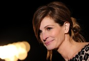 Julia Roberts pulled her hair back in a messy bun for the Palm Springs International Film Festival.
