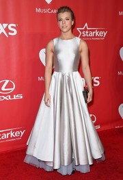 Kimberly Perry looked very princess-y in a full-skirted white Steven Khalil gown, with a lavender petticoat peeking from under the hem, during the MusiCares Person of the Year Gala.