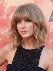 Taylor Swift looked downright fab with her shoulder-length waves and full bangs at the iHeartRadio Music Awards.