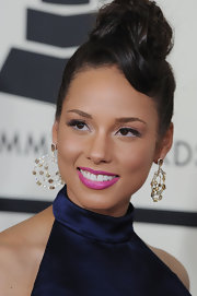 Alicia Keys wears a bold pink lip color for the Grammy Awards.