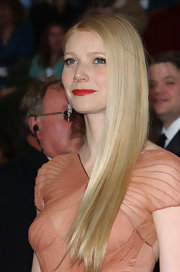 Gwyneth Paltrow made her lips pop with a red-orange lipstick at the Academy Awards.