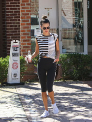 Alessandra Ambrosio sealed off her sporty outfit with black capri leggings.