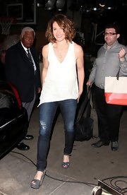 Amy Brenneman was spotted wearing sexy skinny jeans and a pair of strappy gray suede platform sandals.