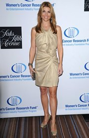 Lori shimmered in a gathered gold cocktail dress at the Women's Cancer Research Fund.