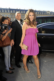 Elizabeth paired her flirty pink dress with metallic peep toe pumps.