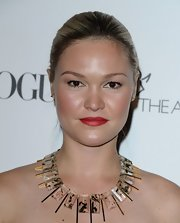 Julia Stiles put an edgy twist on her evening gown with clear and gold gemstone statement neckalce.