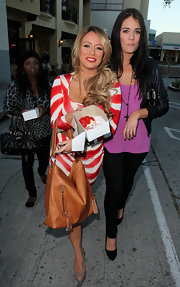 Aubrey O'Day carried a large tan leather shoulder bag while visiting a Brentwood bakery.
