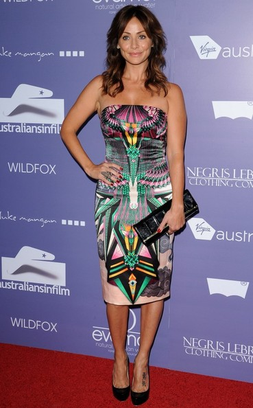 Natalie Imbruglia paired a chic black leather clutch with her vibrant dress at the Breakthrough Awards.