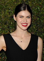 Alexandra Daddario went for simple styling with this center-parted ponytail during the Decades of Glamour Oscar party.