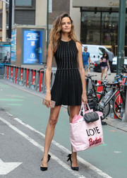 Barbara Fialho punctuated her black ensemble with a personalized pink tote.