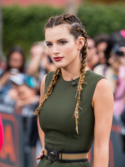 Bella Thorne paired a striped belt with a sleeveless green dress, both by Versace, for her appearance on 'Extra.'