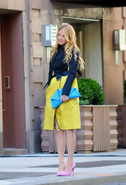 Blake Lively stepped out to shoot a scene for 'Gossip Girl' wearing a pair of pretty bubblegum pink pumps
