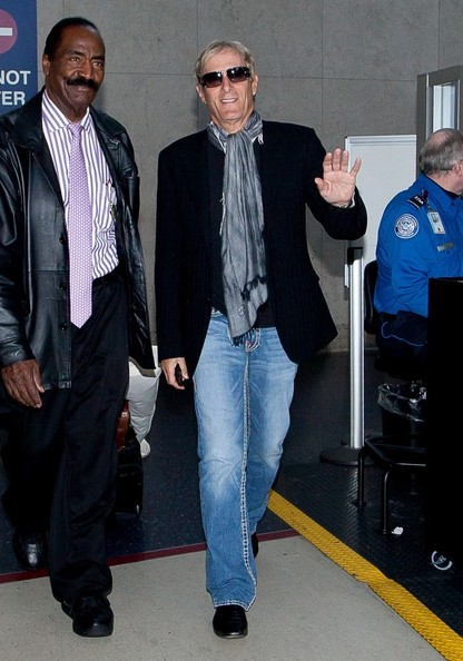 Michael Bolton accessorized his travel attire with this silver scarf.
