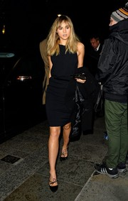 Suki Waterhouse sweetened up her look with a pair of bow-adorned black pumps.
