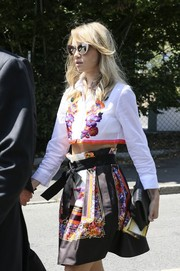 Suki Waterhouse continued the ultra-feminine motif with a scarf-print mini skirt, also by Alberta Ferretti.