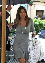 Elisabetta showed off her white tote bad while leaving her apartment.