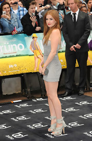 The petite actress looked gorgeous in gray with a cool pair of tied-strap sandals.
