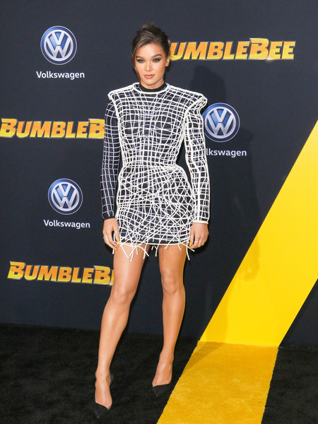 Hailee Steinfeld gave us sci-fi vibes with this strong-shouldered warped-grid dress by Balmain at the 'Bumblebee' premiere.