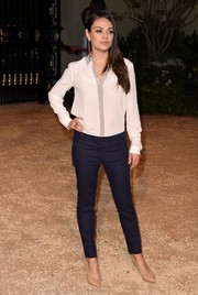 Mila Kunis completed her low-key outfit with a pair of navy skinny pants.