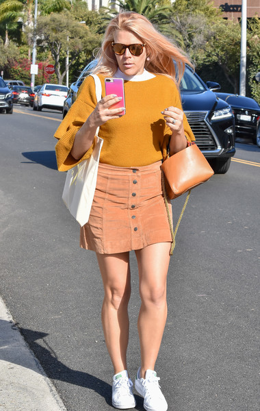 More Pics of Busy Philipps Chain Strap Bag (1 of 13) - Busy Philipps Lookbook - StyleBistro []