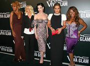 Lil Kim posed with co-artists wearing a purple corset dress at MAC Cosmetics' Viva Glam VI dinner.