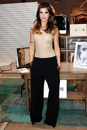 Elisabetta Canalis balanced out her wide-leg pants with a fitted sleeveless blouse.