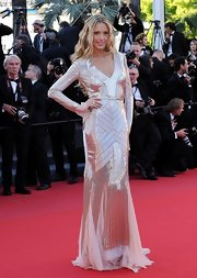 Petra Nemcova looked simply gorgeous in this champagne fully-sequined gown with chiffon inserts on the skirt.
