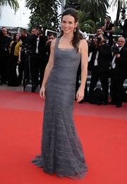 Evangaline paired a simple half-up hairstyle, allowing her subtly fabulous gray gown to be the main attraction.