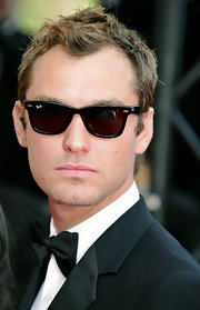 Jude gives his best Hollywood glare, while wearing classic Ray-ban sunglasses.