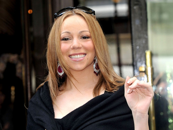 Mariah Carey's hair was silky and straight while she greeted her Parisian fans.