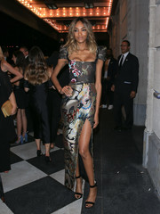 Jourdan Dunn slipped into a print dress with cap sleeves, a square neckline, and a high slit for the Harper's Bazaar Icons event.