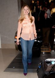 Chelsea Clinton paired her dressy blouse with classic jeans for a cool and relaxed travel look.