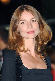 Saffron Burrows styled her wavy hair in a center part with lots of volume and shine for 'The Children of Men' premiere.