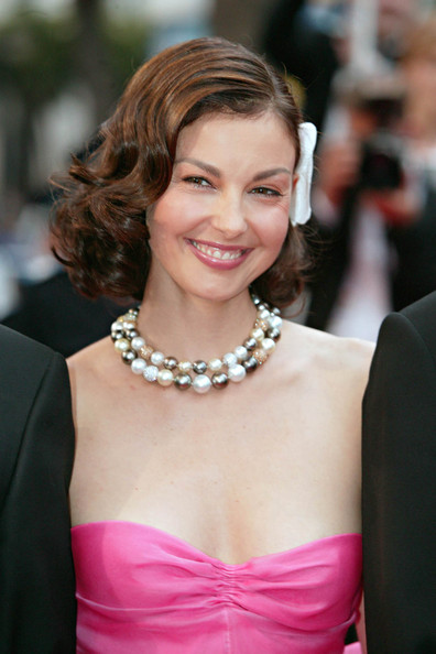 More Pics Of Ashley Judd Curled Out Bob 2 Of 4 Short Hairstyles Lookbook Stylebistro