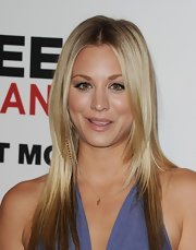 Since Kaley Cuoco played up her hazel eyes with lavender shadow and black liner, she wisely opted to accentuate her lips with sheer lipgloss.
