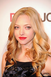 "Amanda Seyfried looked camera ready at the ""Dear John"" opening in London. Her perfectly curled hair and rosy red lips gave her a retro look."