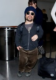 Peter Dinklage sported a casual travel look with this gray zip-up hoodie.