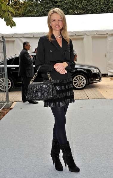 Delphine completed her all black ensemble with a quilted leather shoulder bag.